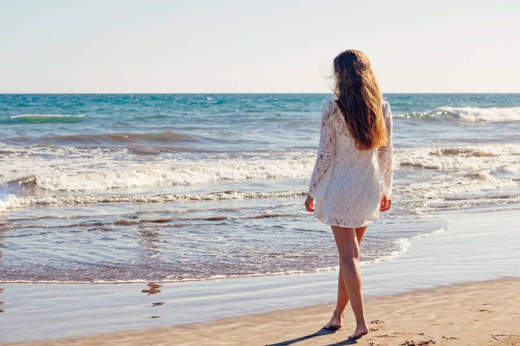 caminhada na praia pela manhã